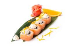 开胃寿司卷用在白色背景的三文鱼和乳脂干酪费城 日本食物 查出 免版税图库摄影