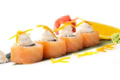 开胃寿司卷用在白色背景的三文鱼和乳脂干酪费城 日本食物 查出 库存照片