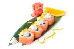 开胃寿司卷用在白色背景的三文鱼和乳脂干酪费城 免版税库存照片