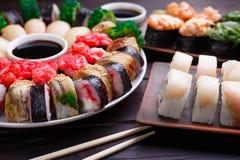 开胃寿司服务用酱油和山葵,各种各样的maki 免版税库存照片
