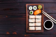 开胃寿司设置与石斑鱼、chuka和三文鱼在分类服务 图库摄影