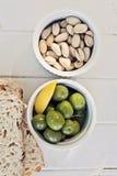 开胃小菜包括橄榄和坚果 库存照片