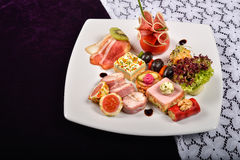 开胃小菜和承办酒席盛肉盘用不同的开胃菜, restau 免版税库存图片