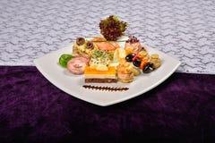 开胃小菜和承办酒席盛肉盘用不同的开胃菜, restau 库存图片