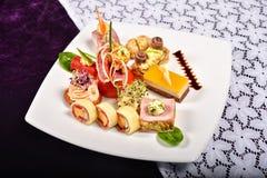 开胃小菜和承办酒席盛肉盘用不同的开胃菜(果子, 库存照片