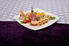 开胃小菜和承办酒席盛肉盘用不同的开胃菜(果子, 免版税库存图片