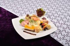 开胃小菜和承办酒席盛肉盘用不同的开胃菜(果子, 库存图片