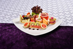 开胃小菜和承办酒席盛肉盘用不同的开胃菜(果子 免版税图库摄影