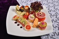 开胃小菜和承办酒席盛肉盘用不同的开胃菜(果子 免版税库存照片