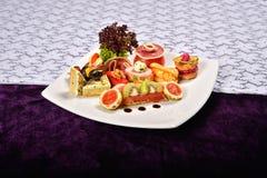 开胃小菜和承办酒席盛肉盘用不同的开胃菜(果子 图库摄影