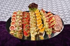 开胃小菜和承办酒席盛肉盘用不同的开胃菜 免版税库存图片