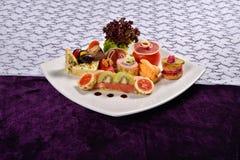 开胃小菜和承办酒席盛肉盘用不同的开胃菜 图库摄影