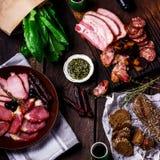 开胃小菜和承办酒席盛肉盘用不同的肉制品 免版税图库摄影