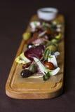 开胃小菜和承办酒席盛肉盘用另外肉和乳酪 免版税库存照片