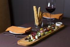 开胃小菜和承办酒席盛肉盘用另外肉和乳酪 免版税库存图片