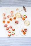 开胃小菜塔帕纤维布的选择服务用酒 库存图片