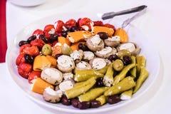 开胃小菜开胃菜甜樱桃微型胡椒充塞用在白色板材的软干酪希脂乳 免版税库存图片