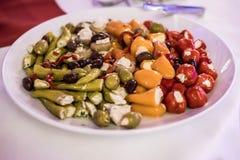 开胃小菜开胃菜甜樱桃微型胡椒充塞用在白色板材的软干酪希脂乳 免版税图库摄影