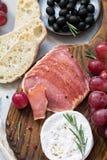 开胃小菜开胃菜用葡萄、橄榄、乳酪和肉 免版税库存照片