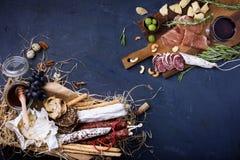 开胃小菜开胃菜用葡萄和橄榄 顶视图 库存图片