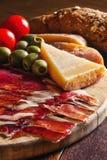 开胃小菜开胃菜盛肉盘,用有壳的面包 库存照片