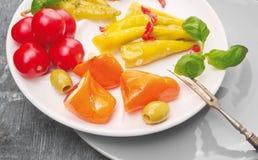 开胃小菜意大利辣椒,橄榄, 库存照片