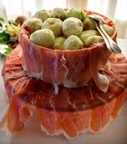 开胃小菜承办的盛肉盘用在t的烟肉(熏火腿)和无花果 免版税库存图片