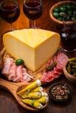 开胃小菜承办酒席盛肉盘用乳酪大面包 库存照片