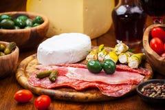 开胃小菜承办酒席盛肉盘用乳酪大面包 图库摄影