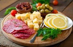 开胃小菜承办酒席盛肉盘用蒜味咸腊肠和乳酪 免版税库存图片