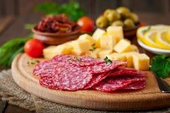 开胃小菜承办酒席盛肉盘用蒜味咸腊肠和乳酪 库存照片