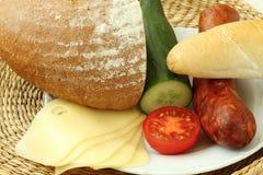 开胃小菜板材用乳酪蒜味咸腊肠 免版税库存图片