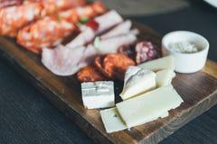 开胃小菜板材用乳酪 土气,晚餐 库存照片