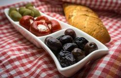 开胃小菜橄榄和胡椒 免版税库存照片