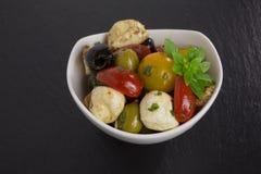 开胃小菜沙拉用蕃茄和橄榄 免版税库存图片