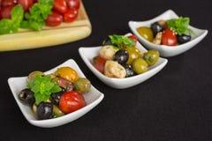 开胃小菜沙拉用蕃茄和橄榄 图库摄影