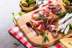 开胃小菜熟食-切的肉、火腿、蒜味咸腊肠和橄榄  免版税库存照片