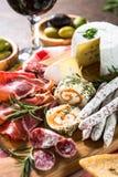 开胃小菜熟食-切的肉,火腿,蒜味咸腊肠,乳酪,橄榄 库存图片