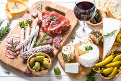 开胃小菜熟食-肉、乳酪和酒 库存图片