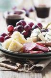 开胃小菜用乳酪、香肠和葡萄 免版税库存照片