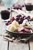 开胃小菜用乳酪、香肠和葡萄 免版税图库摄影