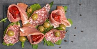 开胃小菜用干蕃茄和橄榄 免版税库存图片