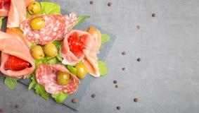 开胃小菜用干蕃茄和橄榄 免版税库存照片