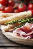开胃小菜用火腿和绿色芦笋 库存图片
