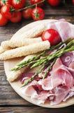 开胃小菜用火腿和绿色芦笋 免版税库存图片