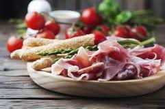 开胃小菜用火腿和绿色芦笋 库存照片
