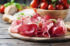 开胃小菜用火腿和bresaola 免版税库存图片