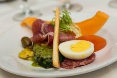 开胃小菜用煮沸的鸡蛋和Pesto 库存照片