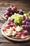 开胃小菜用葡萄、乳酪和火腿 免版税库存照片