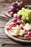 开胃小菜用葡萄、乳酪和火腿 免版税库存图片